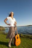 Femme mûr de hippie avec la guitare Photo libre de droits