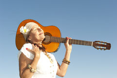 Femme mûr de hippie avec la guitare Images stock