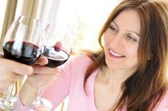 Femme mûr grillant avec le vin rouge Photographie stock libre de droits