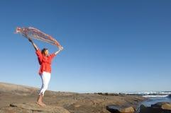 Femme mûr heureux en mer Images stock