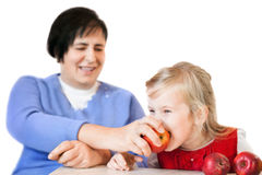 Femme mûr heureux et petite fille avec des pommes Photographie stock libre de droits