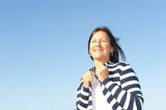 Femme mûr relaxed heureux extérieur Image stock
