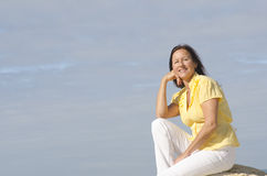 Femme mûr relaxed heureux extérieur Photo libre de droits