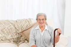 Femme mûr s'asseyant sur le sofa photos libres de droits