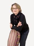 Femme mûr se penchant sur la présidence Photographie stock