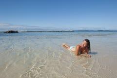 Femme mûr sexy à la plage tropicale Image libre de droits