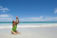 Femme mûr sur la plage tropicale Images stock