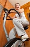 Femme mûr sur le vélo Images stock