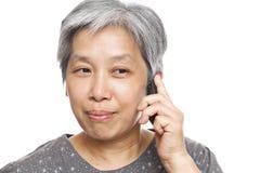 Femme mûre à l'aide du téléphone portable Photo libre de droits
