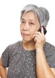 Femme mûre à l'aide du téléphone portable Image libre de droits