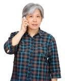 Femme mûre à l'aide du téléphone portable Images libres de droits