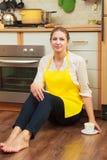 Femme mûre avec la tasse de café dans la cuisine photographie stock libre de droits