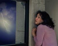 Femme mûre dans la panique de la foudre et du tonnerre photos libres de droits