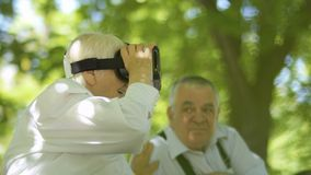 Femme mûre employant des verres de réalité virtuelle banque de vidéos