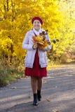 Femme mûre en automne avec le posy d'érable images stock