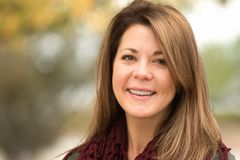 Femme mûre en bonne santé souriant dehors en automne image libre de droits
