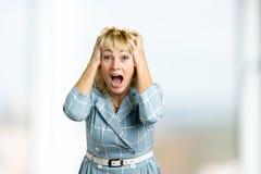 Femme mûre heureuse dans l'excitation photos libres de droits
