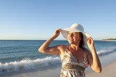 Femme mûre heureuse et gaie à la plage images libres de droits