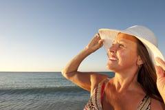 Femme mûre heureuse et gaie à la plage Images stock