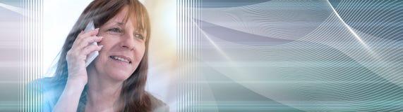 Femme mûre invitant le téléphone portable, effet de la lumière Drapeau panoramique illustration de vecteur