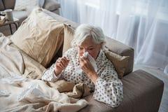 Femme mûre malade souffrant de la maladie à la maison Image libre de droits
