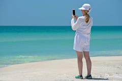 Femme mûre prenant la photo Photos stock