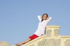Femme mûre relaxed heureuse extérieure Image stock