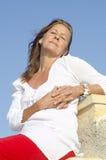 Femme mûre relaxed heureuse extérieure Image libre de droits