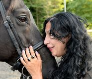 Femme mûre tenant le cheval photo libre de droits