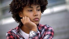 Femme m?lancolique d'afro-am?ricain pensant ? la vie, ? la d?pression et ? la tristesse image stock