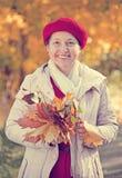 Femme mûr heureux en automne Image stock