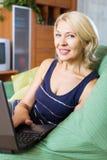 Femme mûre à l'aide de l'ordinateur portatif Photo libre de droits