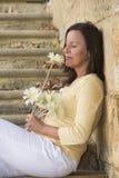 Femme mûre attirante dans l'amour avec la fleur Image libre de droits