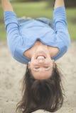 Femme mûre attirante heureuse sur l'oscillation Images libres de droits