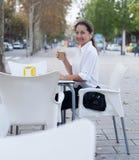 Femme mûre au café Photographie stock