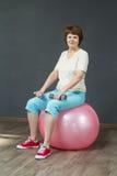 Femme mûre avec des haltères Photos libres de droits