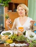 Femme mûre avec des herbes Photographie stock libre de droits