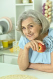 Femme mûre avec la pomme fraîche Image libre de droits