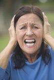 Femme mûre choquée et soumise à une contrainte extérieure Image stock