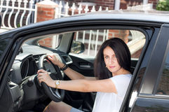 Femme mûre dans sa voiture Image stock