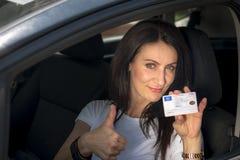 Femme mûre dans sa voiture Photos libres de droits
