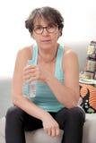 Femme mûre de belle forme physique avec la bouteille d'eau Photos stock