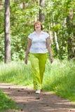 Femme mûre de marche Photos libres de droits