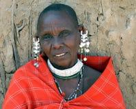 Femme mûre de masai en robe et bijoux traditionnels Photographie stock