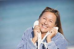 Femme mûre de pose sûre extérieure Photographie stock libre de droits