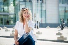 Femme mûre de Thoughful s'asseyant dehors Photos libres de droits