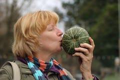 Femme mûre embrassant le légume Images libres de droits