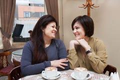 Femme mûre en café Image stock