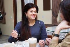 Femme mûre en café Image libre de droits