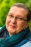 Femme mûre en parc de ville Images libres de droits
